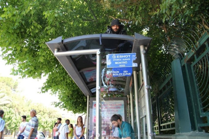 7 yıldır otobüs durağının tepesinde yaşıyor