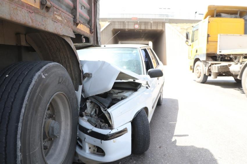 """""""Park yasak"""" tabelasının yanına park edilen tır kazaya neden oldu: 1 yaralı"""