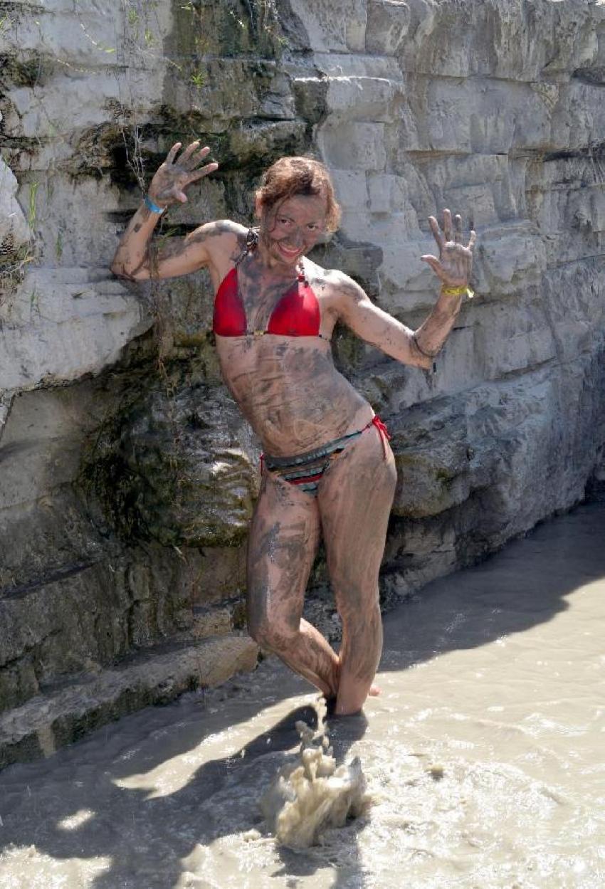 Rus turistler çamur ve tuz banyosuyla serinliyor