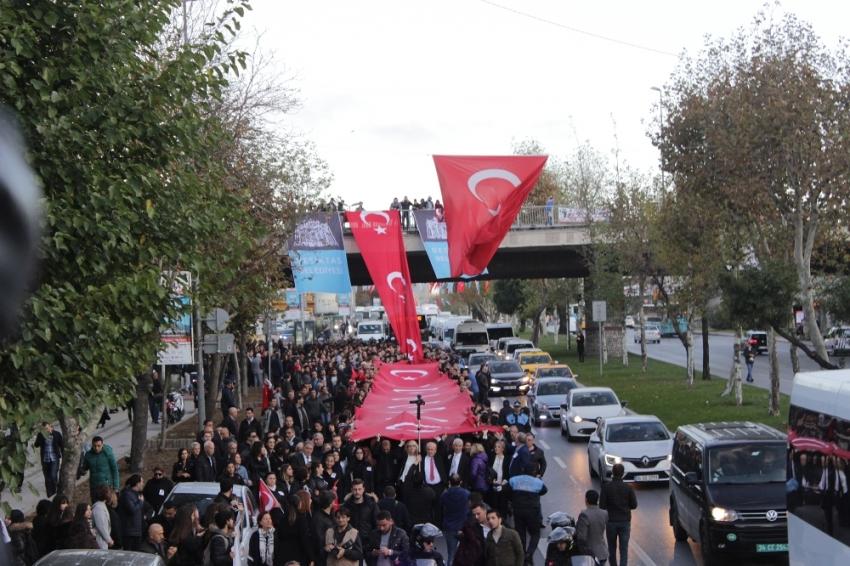 300 metrelik Türk bayrağıyla Dolmabahçe'ye yürüdüler