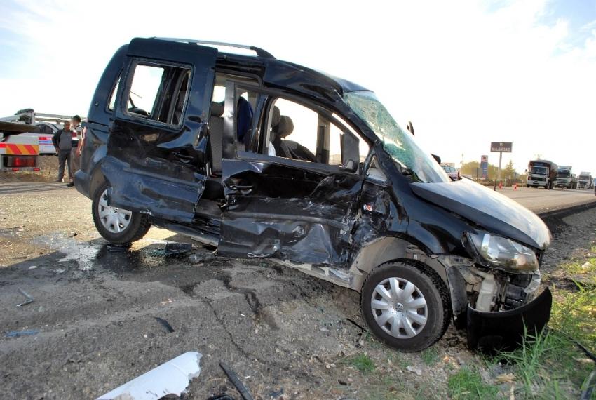 Tır ile ticari araç çarpıştı: 4 yaralı