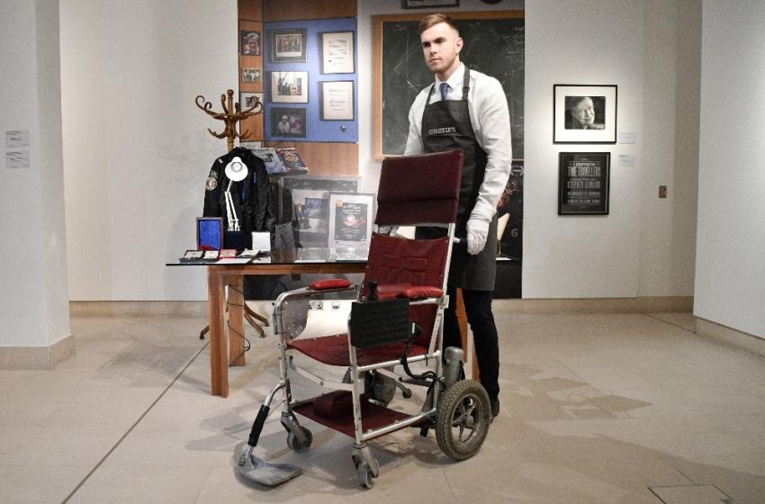 Stephen Hawking'in tekerlekli sandalyesi satışa çıkarıldı