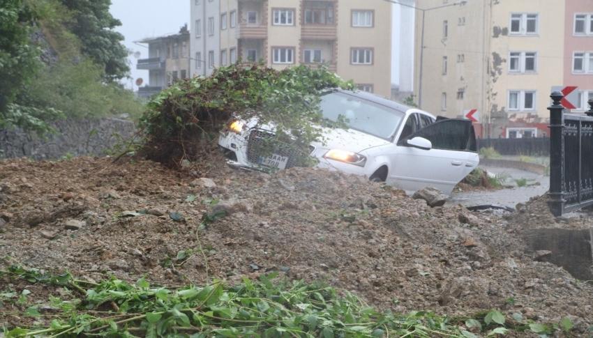 Rize'deki şiddetli yağış sonucu oluşan heyelanda bir araç toprak altında kaldı