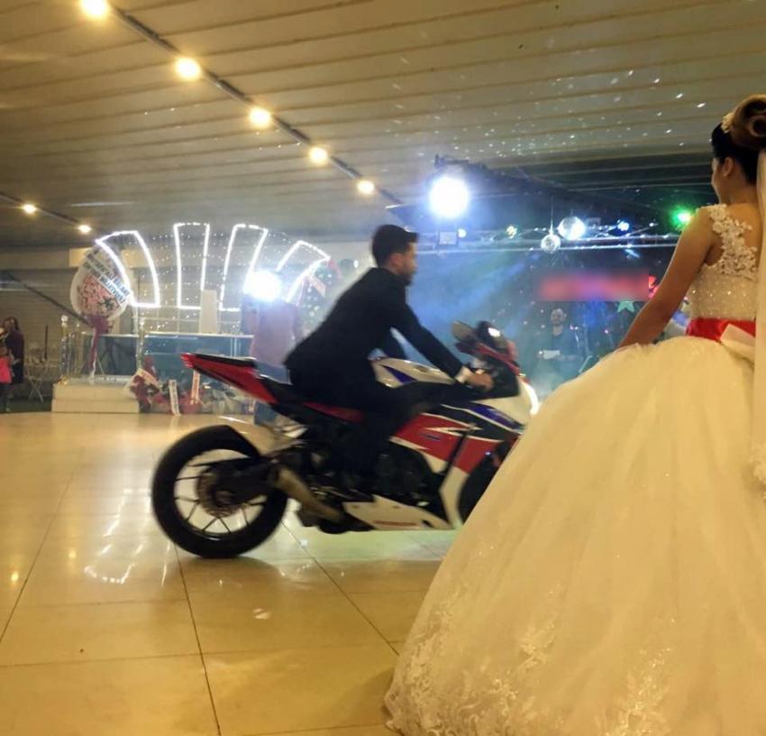 Damat düğün salonuna tutkunu olduğu motosikletle girdi