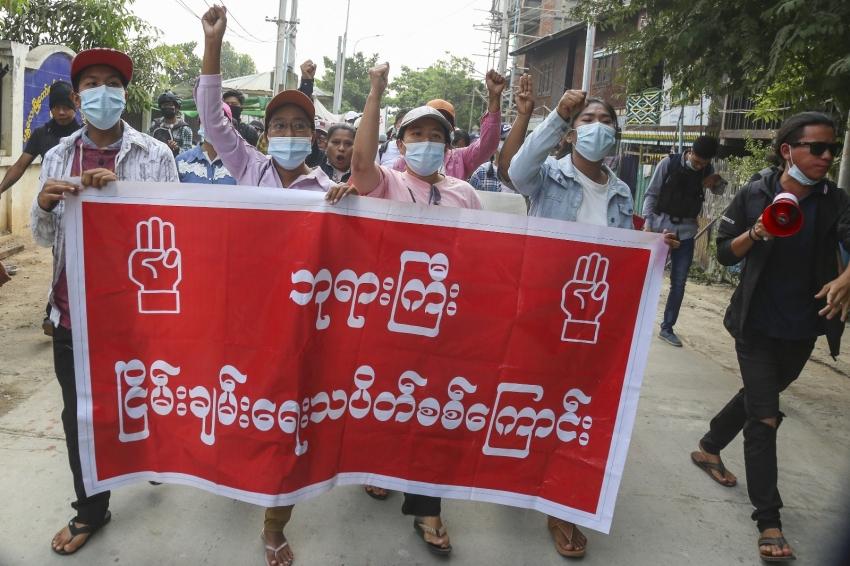Myanmar'da halk darbeye karşı direniyor