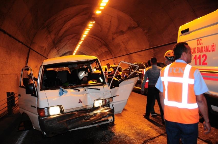 Tünelde feci kaza: Turistler ölümden döndü