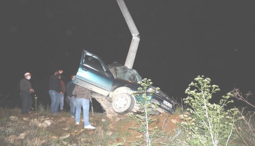 Otomobil elektrik direğine çarptı: 1 ölü, 1 yaralı