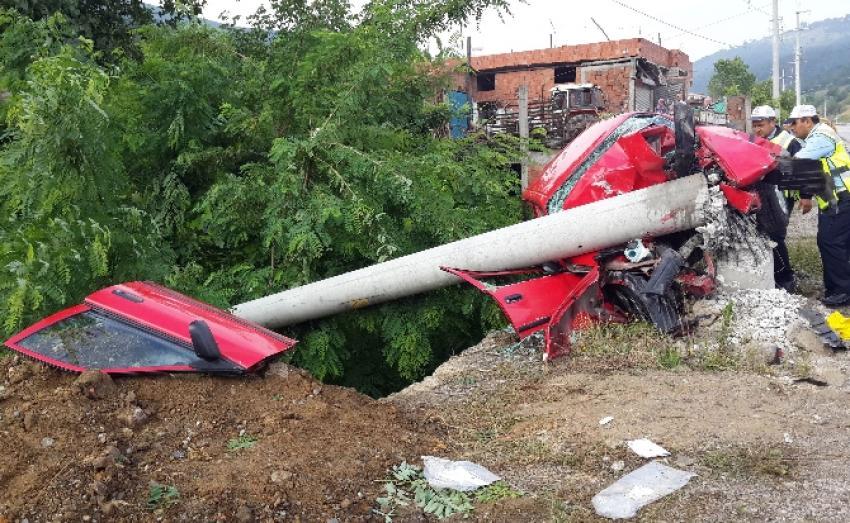 Beton direği deviren kaza: 2 ölü