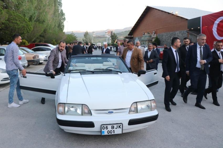 Devlet Bahçeli'nin hediye ettiği klasik otomobil sokaklarında