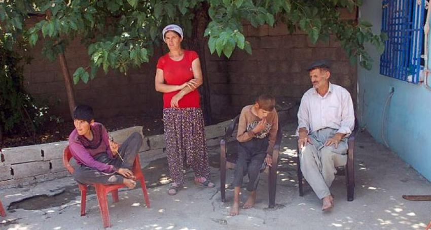 75 yaşında üç engelli çocuğa bakıyor