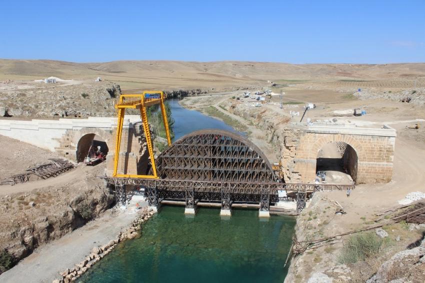 Bin 800 yıllık köprünün iki yakası birleşiyor