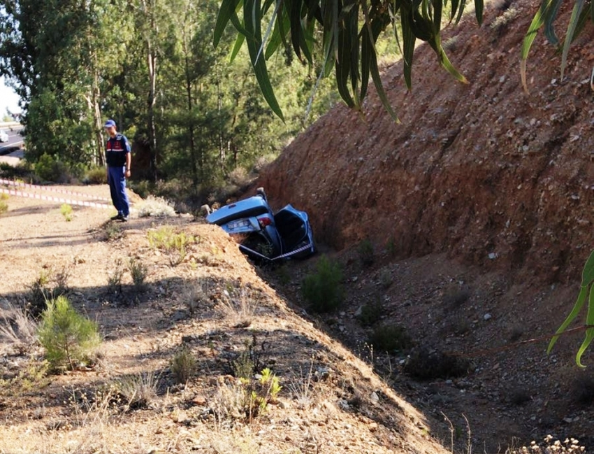 Otomobil dere yatağına yuvarlandı: 2 ölü
