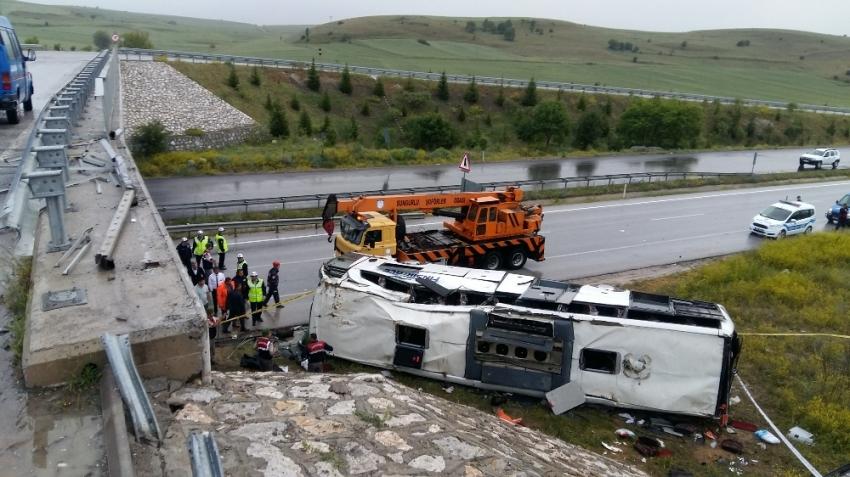 Yolcu otobüsü üst geçitten uçtu: 48 yaralı