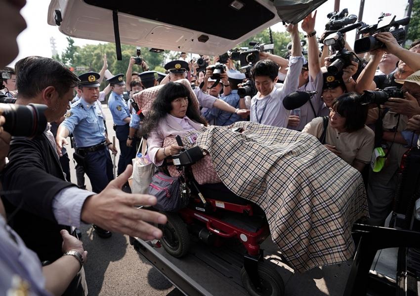 Japon imparatorundan parlamentoya tekerlekli sandalye düzeneği