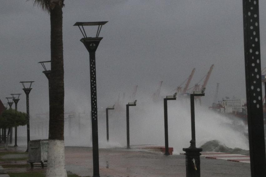 Mersin'de fırtına hayatı felç etti
