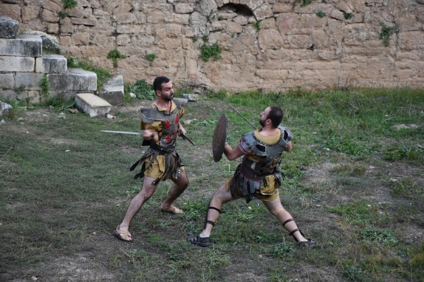 Antik kentte gladyatör dövüşleri nefesleri kesti