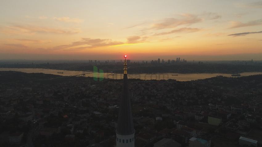 15 Temmuz'da İstanbul'da güneş batarken gökyüzü kızıla boyandı