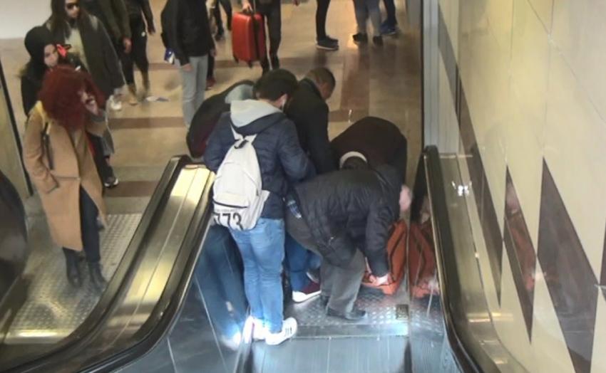 Ünlü oyuncu yürüyen merdivenden düşerek yaralandı