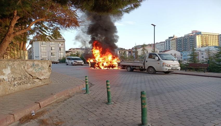 Bandırma'da park halindeki araç alev alev yandı