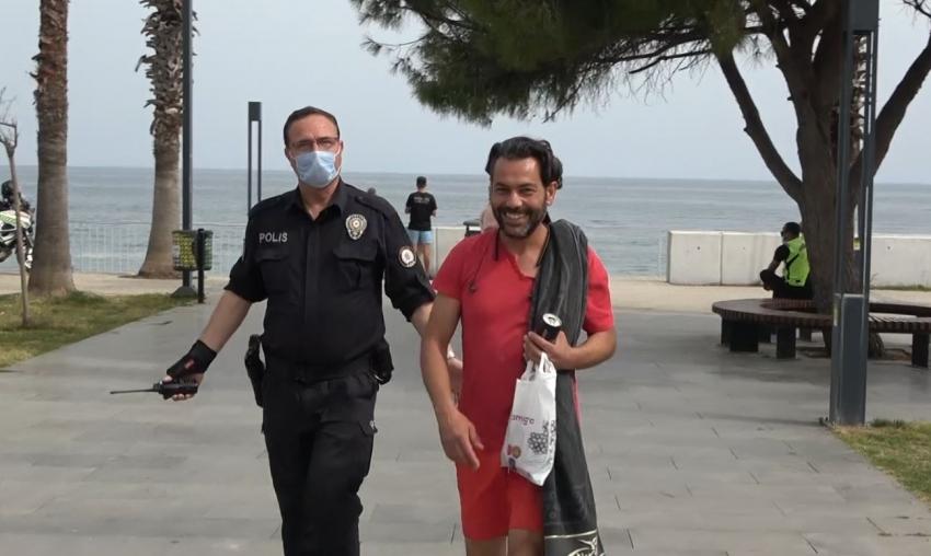 Ceza yiyince polislerin elini öpmek istedi