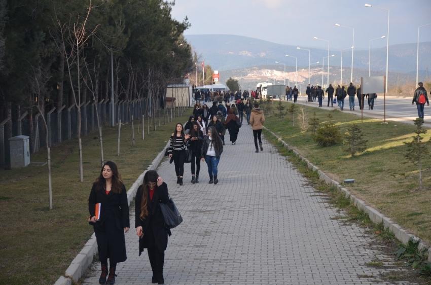 Öğrenciler protesto için 5 kilometre yürüyor