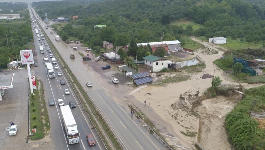 Sel nedeniyle ulaşıma kapanan D-100 karayolu yeniden ulaşıma açıldı