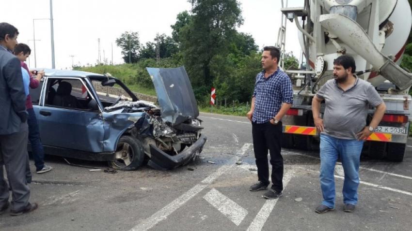 Otomobil ile beton mikseri çarpıştı
