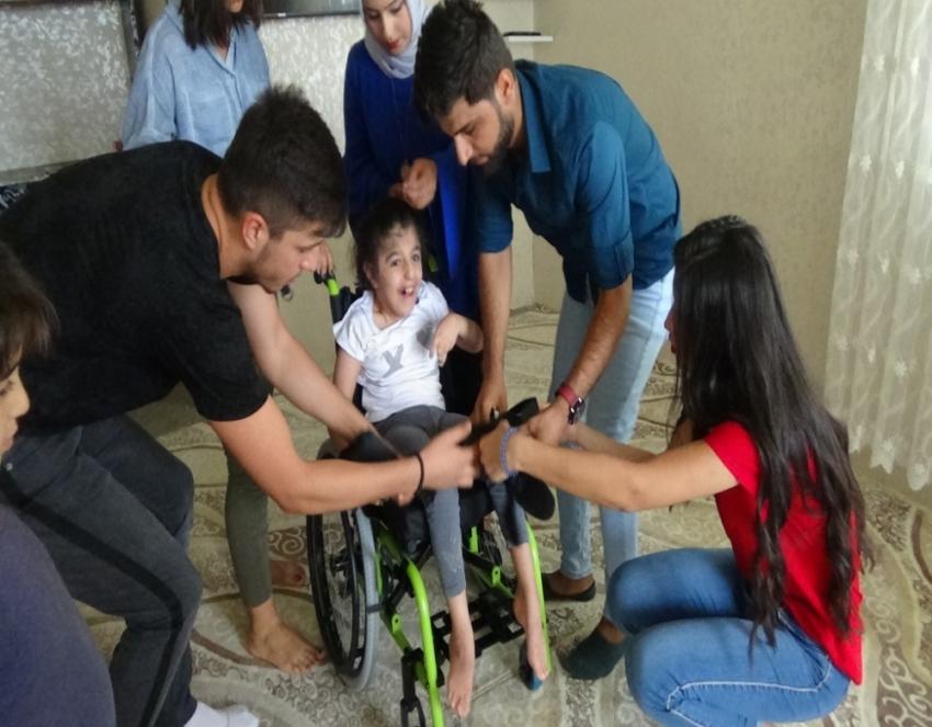 Gençler engelli kız için çöplere girdi