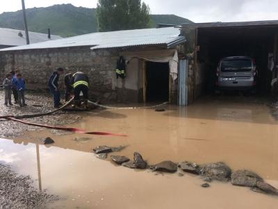 Dere taştı, köyler su altında kaldı