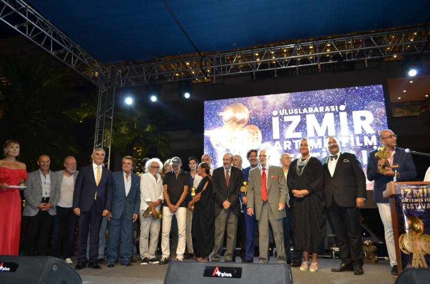 İzmir'deki film festivalinin ödül töreninde ünlüler geçidi