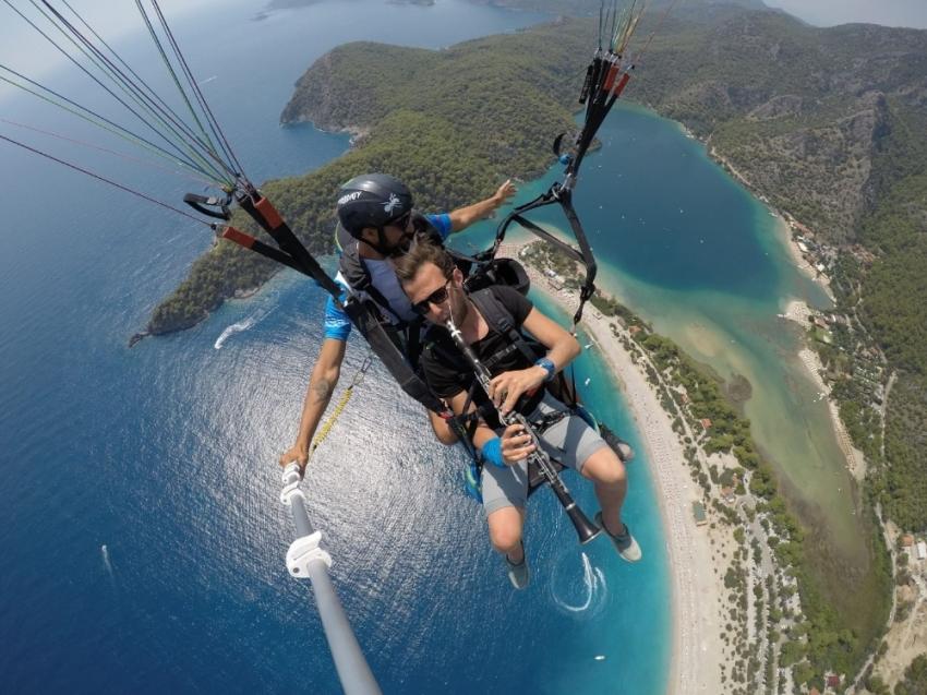 Paraşütle bin 800 metre yükseklikte klarnet çaldı