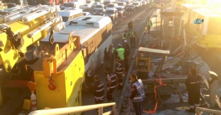 Midibüs metrobüs yoluna girdi: 3 yaralı