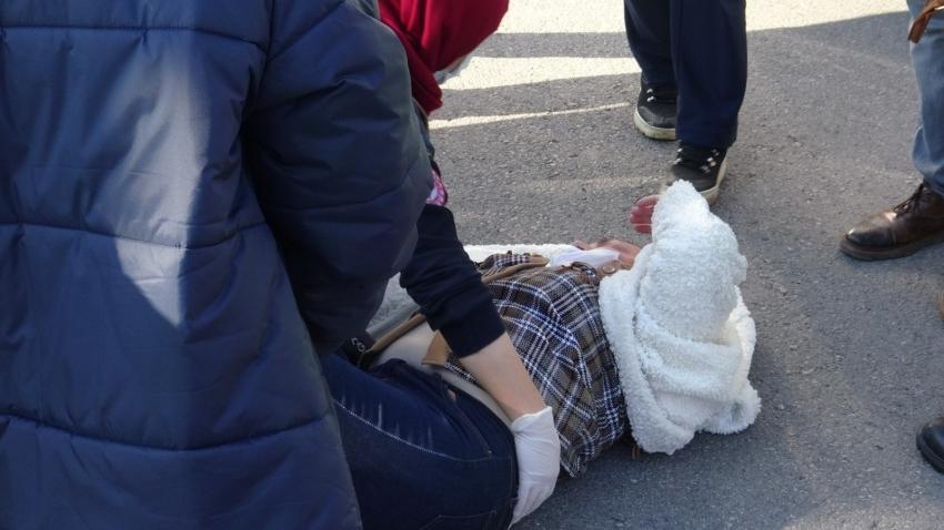 Otomobilin çarptığı kadın metrelerce fırladı