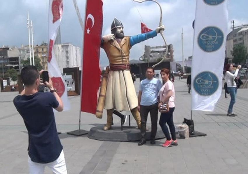 Taksim Meydanı'nda Okçu Heykelleri