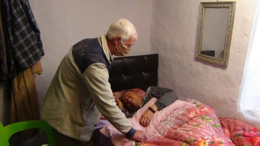 80 yaşındaki kimsesiz adam aylardır yatağa mahkum yaşıyor