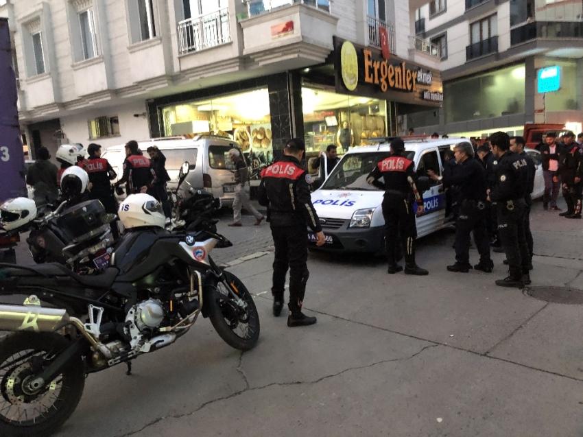 Esenyurt'ta yol ortasında silahlı saldırı: 2 yaralı