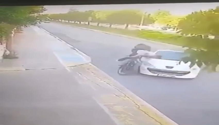 Motosiklet sürücüsü metrelerce havaya uçtu