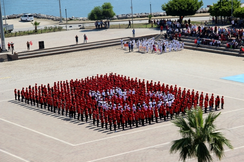 600 öğrenciden Türk bayrağı koreografisi