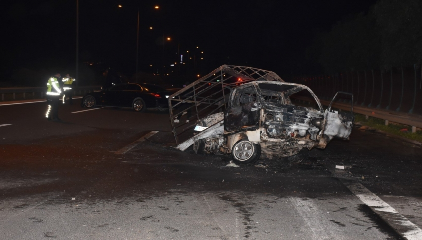 Otomobilin çarptığı kamyonet alev aldı: 1'i ağır 2 yaralı