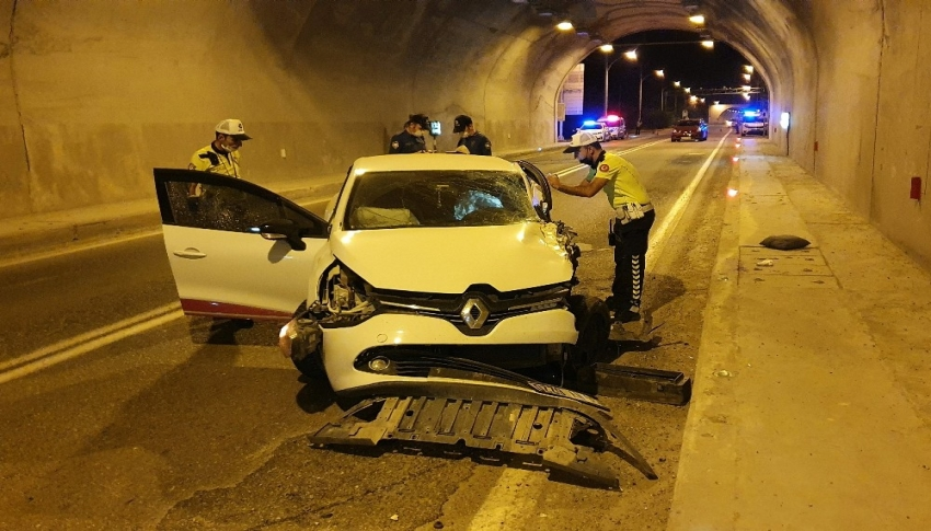 Otomobil ile kamyonet tünel içinde çarpıştı: 3 yaralı