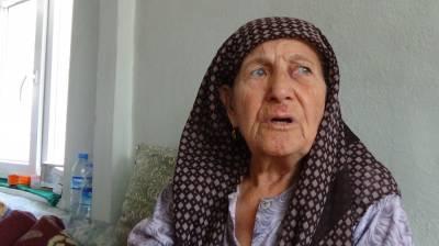 Yaşlı kadını döverek bileziklerini aldı
