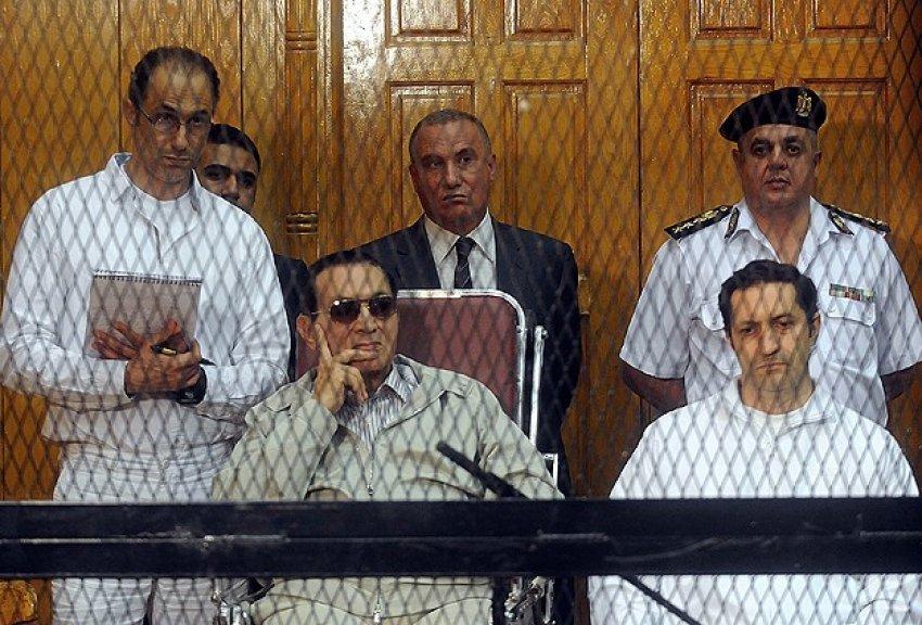 Mübarek ve oğullarına 3 yıl hapis
