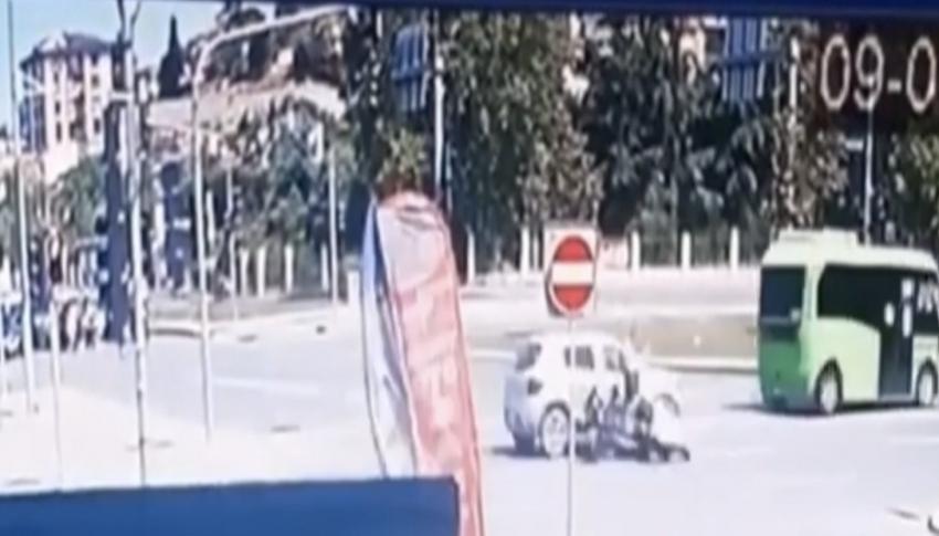Otomobilin çarptığı motosikletli yere savruldu