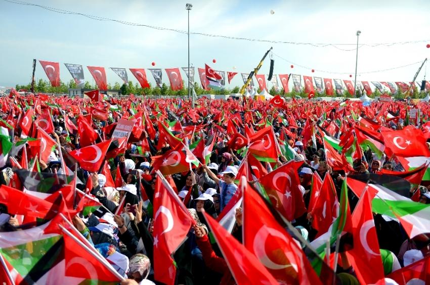 Türk ve Filistin bayrakları ile miting alanına akın etti