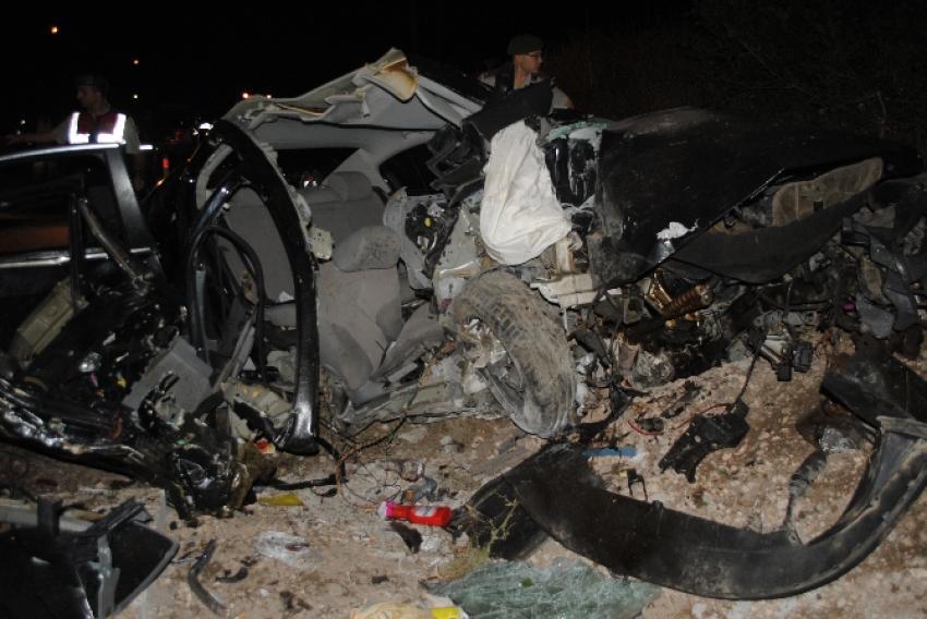 Otomobil direğe çarptı: 2 ölü