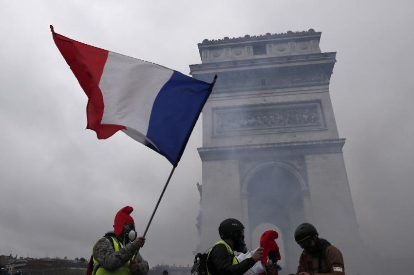 Fransa sokakları yine karıştı