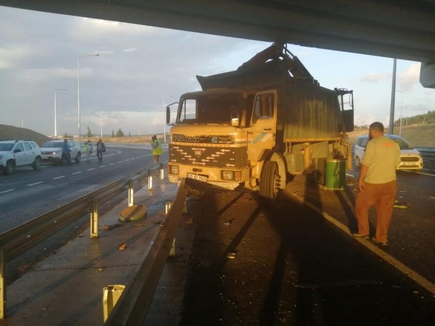 Vinç köprüye çarptı: 2 yaralı