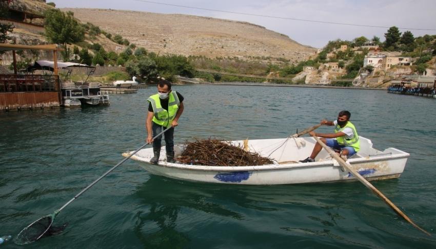 Halfeti'de sudan çöp yığını çıktı