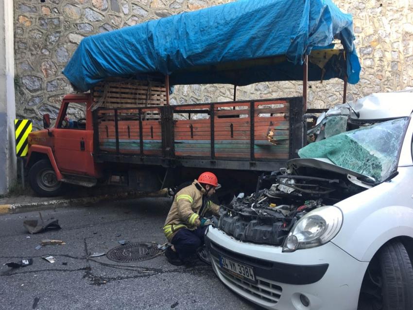 Ataşehir'de kontrolden çıkan araç kamyonete çarptı: 2 yaralı