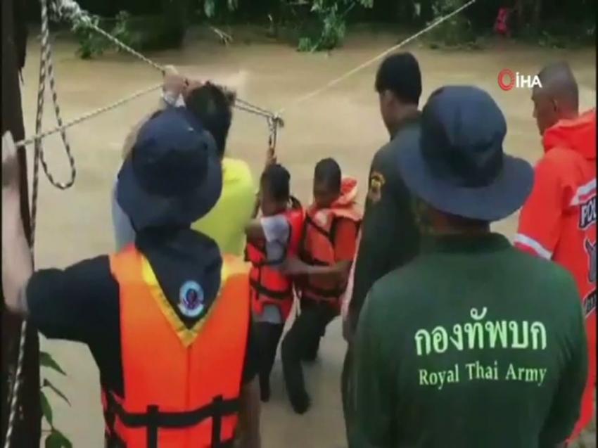 Selde mahsur kalan öğrenciler nehre gerilen iple kurtarıldı